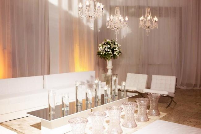 Lounge branco e espelho